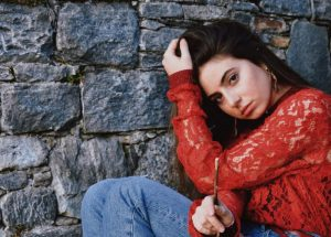 """alt=""""eve seduta con maglione rosso""""/"""